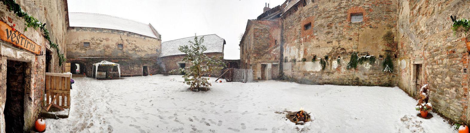 Nádvoří tvrze na podzim roku 2012 - Akce Keltové natvrzi